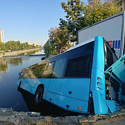 un autobuz stb a cazut in raul dambovita in urma unui accident rutier