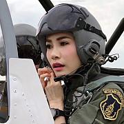 concubina regelui thailandei surprinsa pilotand un avion si tragand cu arma