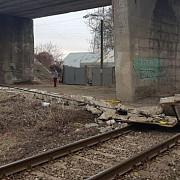 traficul rutier deviat pe centura de est a ploiestiului din cauza balustradei care a cazut peste calea ferata foto