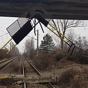 trafic feroviar intrerupt in zona ploiestiului balustrada unui pod cazuta peste calea ferata foto