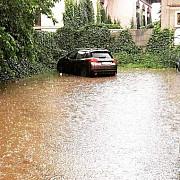 foto centrul ploiestiului inundat si fara curent electric