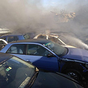 foto video un incendiu de vegetatie s-a extins si la un parc auto-dezmebrate in zona ploiesti shopping city