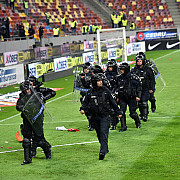 incidente la finalul meciului fcsb - dinamo sase persoane amendate si interzise pe stadion