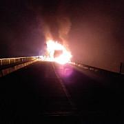 un tir a luat foc dupa ce s-a lovit de un cap de pod pe dn1