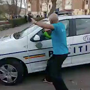 politisti atacati cu pietre dupa ce au vrut sa retina un barbat beat si fara declaratie