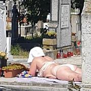 romania de poveste  la plaja in cimitir