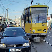 foto se intampla si la ploiesti circulatia tramvaielor blocata de un sofer incepator