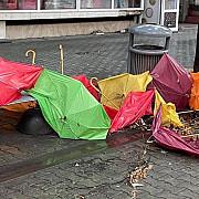 foto banii publici luati de apa la ploiesti umbrelele din pietonalul pnl smulse de furtuna tencuiala blocurilor afectata