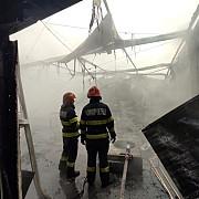 foto si video a fost incendiul la cortul de evenimente al familiei primarului din strejnicu