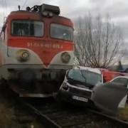 masina lovita de tren la o trecere la nivel cu calea ferata