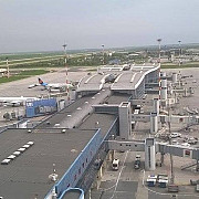 aeroportul otopeni le cere pasagerilor sa vina cu trei ore inainte de decolare din cauza aglomeratiei