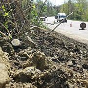 circulatie cu restrictie pe dc 42  din cauza unei alunecari de teren la predealul sarari
