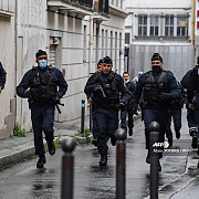 paris atac armat in apropiere de fosta redactie a revistei charlie hebdo autoritatile precizeaza ca doua persoane au fost ranite iar un atacator a fost prins