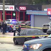 opt persoane ucise in trei atacuri armate din zona metropolitana a atlantei toate la saloane de spa suspect este un tanar de 21 de ani care se declara iubitor de arme si de dumnezeu
