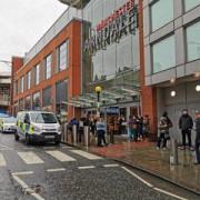 atac la un mall in manchester cinci persoane ar fi fost injunghiate zona a fost evacuata iar atacatorul a fost arestat