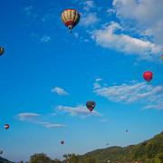 opt baloane cu aer cald care participau la o parada in mures au fost duse de curenti in munti salvamont a intervenit pentru recuperarea echipajelor