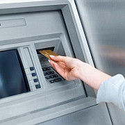 grecii stau la cozi pentru a retrage bani din bancomate dupa anuntul referendumului