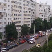 o femeie s-a aruncat de la etajul 8 al unui bloc din bariera bucuresti