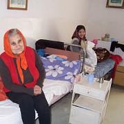 incredibil  persoana in varsta bolnava de cancer evacuata de primar din casa sa