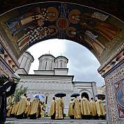 doi preoti doi diaconi si lumanareasa unei biserici confirmati pozitiv covid-19