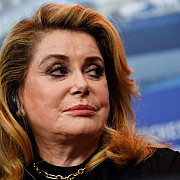 actrita catherine deneuve are probleme de sanatate si a fost internata in spital