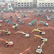 cum construiesc chinezii un spital intr-o saptamana imagini cu padurea de excavatoare si camioane mobilizate pe santier