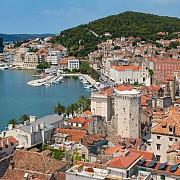 un oras din croatia isi vinde casele cu 60 de bani pentru a atrage noi locuitori ce conditii trebuie indeplinite
