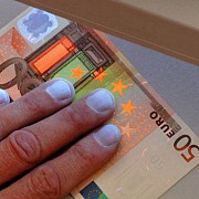 politia din napoli a destructurat un grup infractional care a distribuit in toata lumea milioane de euro falsi