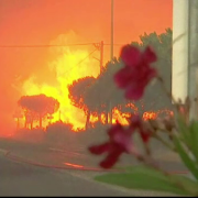 sute de romani blocati pe o insula din nordul greciei feriboturile s-au stricat si au izbucnit incendii