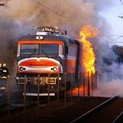 locomotiva in flacari la sinaia trenul transporta motorina