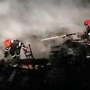 foto video doua locuinte distruse de flacari la blejoi