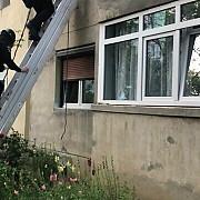 un barbat din craiova si-a sechestrat sotia si soacra in apartament politistii au intrat pe geam pentru le elibera