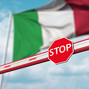 italia premierul giuseppe conte a dat primarilor puterea de a inchide pietele publice de la ora 21 interzice targurile locale si competitiile sportive de amatori numarul cazurilor zilnice a depasit 11 mii