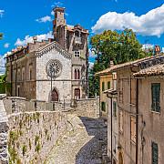 orasele si satele din italia in care oamenii sunt platiti ca sa locuiasca trebuie indeplinita o singura conditie