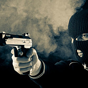 jaf la o banca din arad un barbat cu o cagula pe fata si cu un pistol a furat cateva teancuri de bancnote