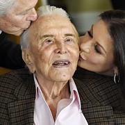 actorul kirk douglas a implinit 102 ani ce surpriza i-a pregatit familia