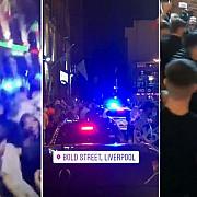 liverpool cateva mii de tineri s-au adunat in centrul orasului au dansat dar au si atacat o masina de politie cu cateva ore inainte de impunerea nivelului maxim de restrictii dupa inchiderea barurilor pe o perioada nedeterminata