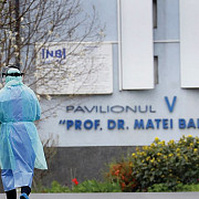 institutul matei bals anunta ca unul dintre pacientii cu covid s-a aruncat pe fereastra de la etajul 2 medicii atrag atentia asupra depresiei asociate infectiei cu coronavirus un incident similar a avut loc acum o saptamana la sibiu