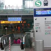 circ in pielea goala facut de un roman pe aeroportul din munchen