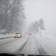 traficul pe dn18 in pasul gutai restrictionat pentru tir-uri si camioane din cauza ninsorii abundente in zona intervin utilajele de deszapezire