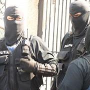 peste 100 de politisti fac perchezitii la producatori de alcool