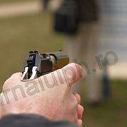 a incercat sa urce in autobuz cu arma in mana
