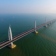 china a inaugurat cel mai lung pod maritim din lume constructia de 55 de km a costat 20 de miliarde de dolari si a fost finalizata in noua ani