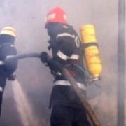 zeci de pompieri si voluntari pentru situatii de urgenta mobilizati pentru stingerea unui incendiu la un depozit din sovata
