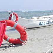 un turist scos din valurile marii le cere salvatorilor daune de 40000 de euro