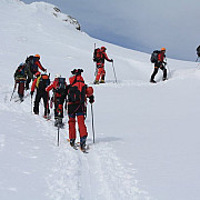 risc de avalansa in zonele montane salvamontistii recomanda atentie prudenta si renuntare