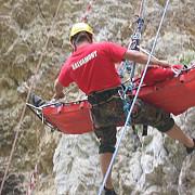 interventii ale salvamontistilor in muntii bucegi o echipa se indreapta spre o femeie care a cazut si s-a ranit grav