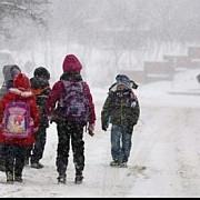 scolile din prahova raman deschise joi 1 martieprimarul ploiestiului promite motivarea absentelor elevilor care nu au ajuns la cursuri