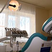 cei doi falsi stomatologi din capitala au fost retinuti  ei au profesat ilegal in perioada 2017-2021