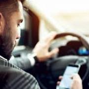 cine transmite live pe facebook face poze sau scrie pe whatsapp in timp ce se afla la volan isi pierde permisul de conducere